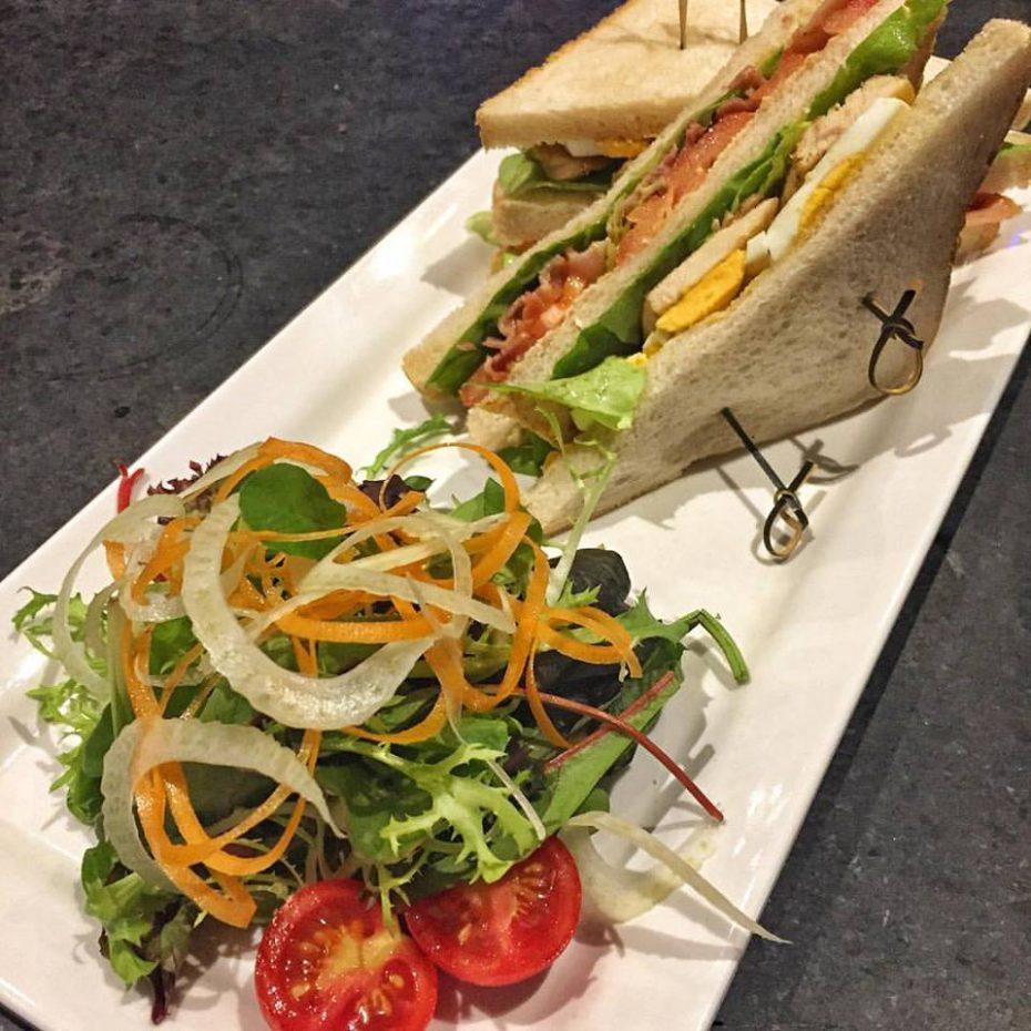 Club Sandwich genießen in der Tino's Bar in Düsseldorf